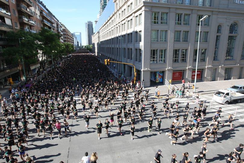 Las calles porteñas se inundaron de corredores. Foto: LA NACION / Hernán Zenteno