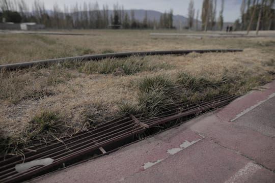Grietas, parches aparecen en el camino de los atletas que se entrenan. Foto: Pablo Barrera Calo