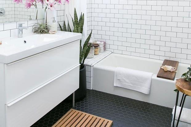 Mueble de madera con terminación de laca poliuretánica blanca y patas de metal. La mesada con bacha incorporada es de loza brillante.  /Crateandbarrel.com