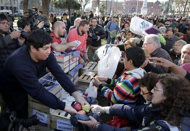 Ayer, en la Plaza de Mayo, los productores regalaron 10.000 kilos de fruta y se formaron largas colas