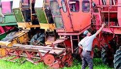 Las maquinarias viejas todavía se ven en los campos