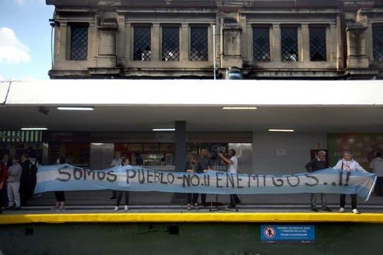 Escenas de profundo dolor en el homenaje a las víctimas de la tragedia de Once. Foto: LA NACION / Silvana Colombo