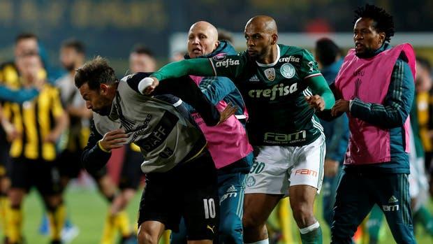 La agresión de Felipe Melo (Palmeiras) contra Mier, de Peñarol