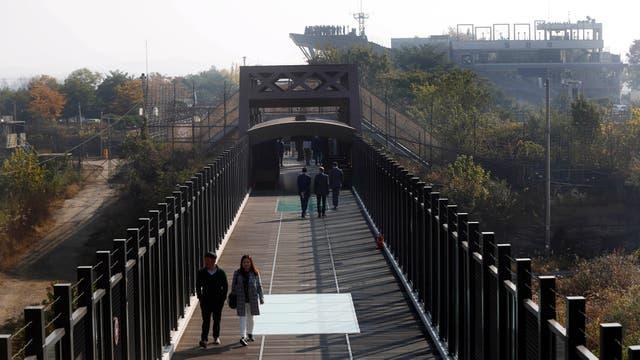 Antiguo (con marcas de balas) y nuevo puente ferroviario en la frontera entre ambas coreas