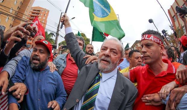 Lula llegó ayer a los tribunales de Curitiba con una bandera en la mano y rodeado de sus partidarios