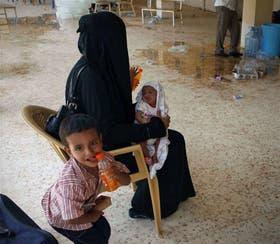Refugiados sirios, ayer, en el puesto fronterizo de Qaim, en Irak