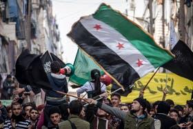Decenas de personas se manifestaron en las calles de Alepo, Siria, ondeando banderas revolucionarias.