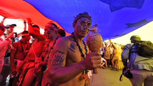 Indígenas participan en la marcha de la oposición. Foto: AFP / Juan Barreto
