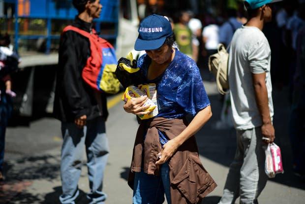En un mercado de Caracas, una mujer sólo consiguió dos kilos de harina