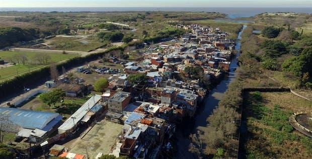 Alrededor de 1200 familias habitan el asentamiento de la Costanera Sur, que creció junto a un arroyo altamente contaminado