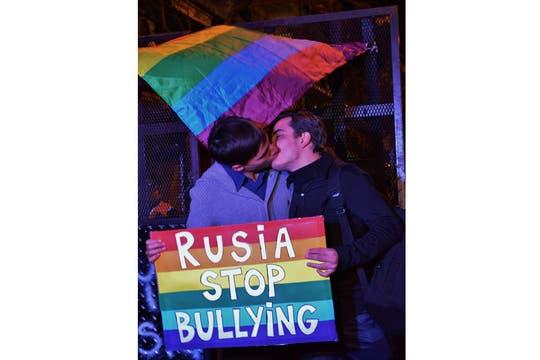 En los últimos meses se multiplicaron las manifestaciones contra la homofobia rusa: esta vez fue una besada pública. Foto: Facebook/guillermo.djlaz