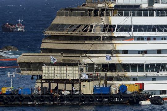 Un grupo de cientos de ingenieros y técnicos lograron reflotar el Costa Concordia, que llevaba 20 meses encallado. Foto: AFP
