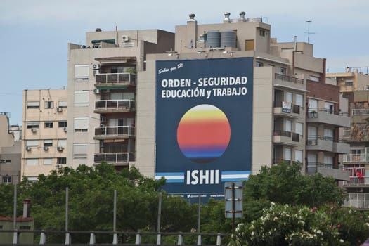 Ishii quiere ser gobernador y puso grandes carteles sobre la Gral Paz, la 25 de Mayo y Panamericana. Foto: LA NACION / Matias Aimar