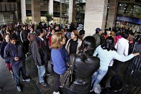 Colas en el banco. Las semanas previas a las elecciones hubo largas colas en la sucursal central del Banco Nación para empezar a cobrar nuevos planes; la oposición denuncia una maniobra clientelar
