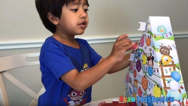 Ryan desempaca juguetes, pero también realiza actividades didácticas y experimentos científicos en sus videos