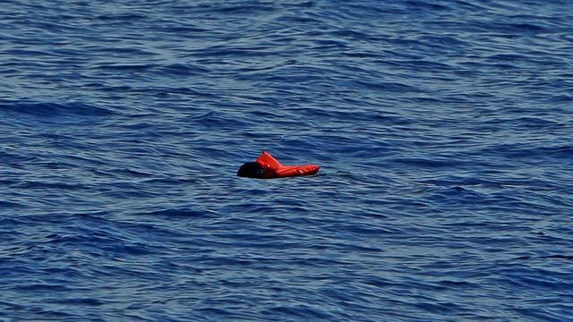 Inmigrantes flotan a la deriva al hundirse de su embarcación de goma, en el centro del Mediterráneo en aguas internacionales a unos 15 millas náuticas frente a la costa de Zawiya en Libia