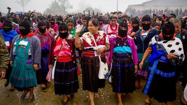 María de Jesús Patricio realiza campaña con una escolta de mujeres indígenas enmascaradas en Oventic, Chiapas