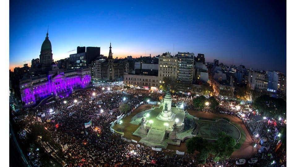 """Vista parcial de la Plaza de los Dos Congresos y el Palacio del Congreso Nacional durante la marcha """"Ni una menos"""", Buenos Aires, 3 de junio 2015. Foto: Pagni Alejandro"""