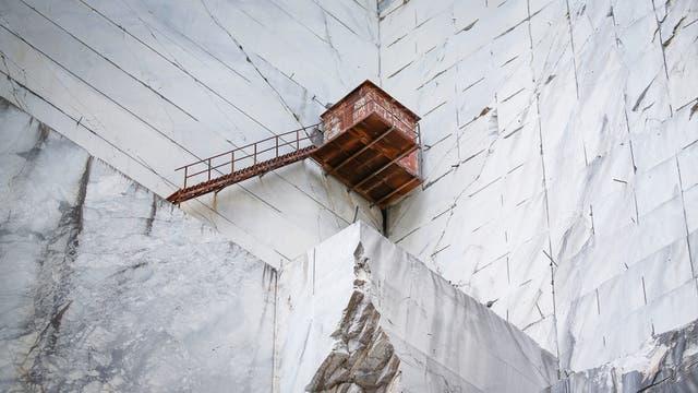 Un refugio en la cantera de Cervaiole en Monte Altissimo en los Alpes Apuanos