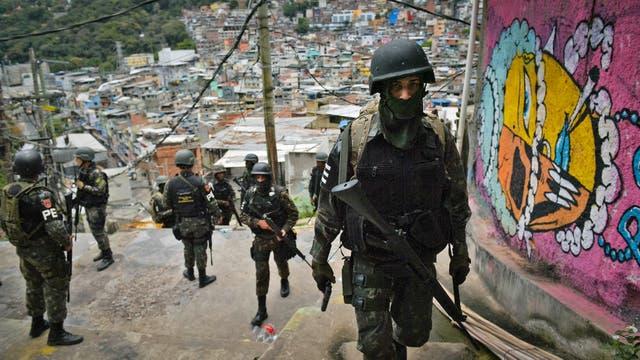 La policía militarizada patrulla en la favela Rocinha