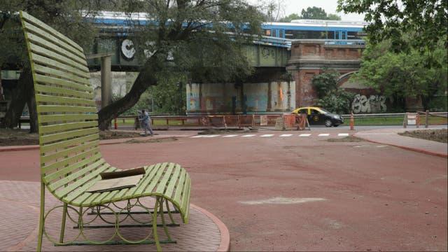 La entrada de Figueroa Alcorta, con nuevo mobilirio urbano; detrás, el tren Mitre