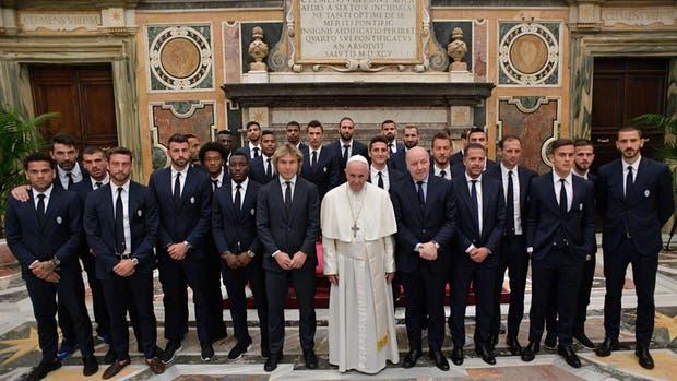 El plantel de Juventus con el Papa Francisco; Higuaín, en el centro, al fondo, y Dybala, en primera fila