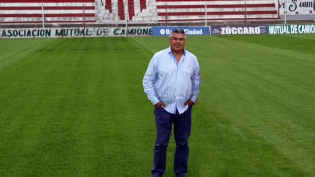 Chiqui Tapia en la cancha de Barracas Central