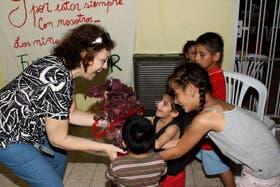 Silvia junto a los niños del Hogar Casa Cor