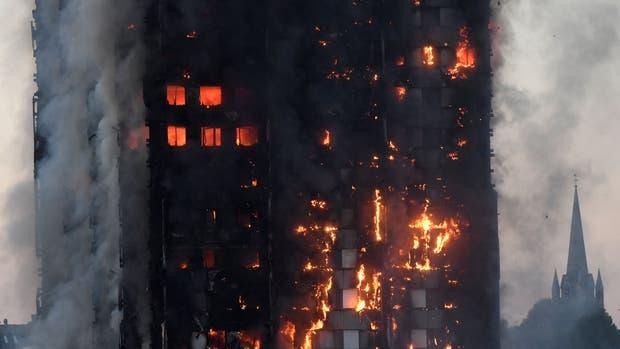 Realizan protestas en Londres por incendio en torre