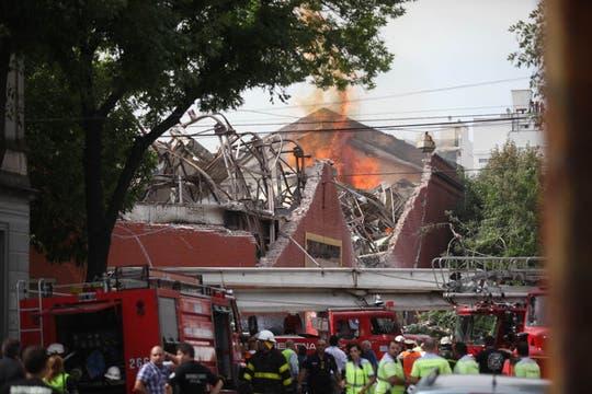 Incendio fuera de control y derrumbe en Barracas. Foto: LA NACION / Silvana Colombo