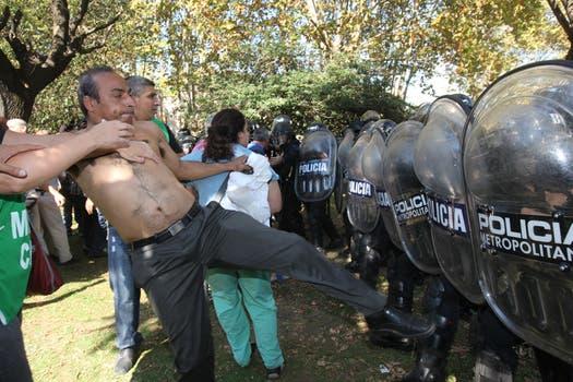 Graves incidentes en el Borda, la policia se enfrentó con los trabajadores del hospital y varios periodistas fueron heridos con balas de goma. Foto: LA NACION / Ezequiel Muñoz
