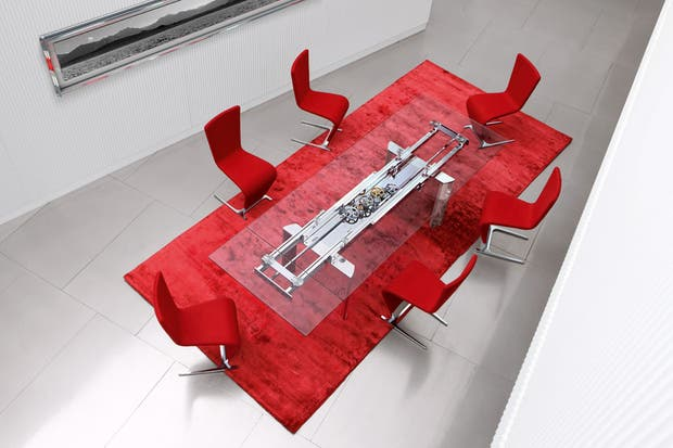 Inspirada en el mecanismo de los relojes, la mesa de comedor Astrolab, cuenta con un sistema de engranajes a la vista; viene con patas de aluminio pulido y su tapa es de cristal..