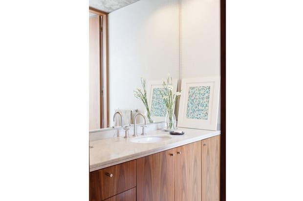 El baño mantiene el mismo criterio decorativo que el resto de la casa: austeridad en los recursos decorativos. Tiene carpintería de incienso, mesada de mármol de Carrara (Ragolia) y griferías FV (Barugel Azulay)..
