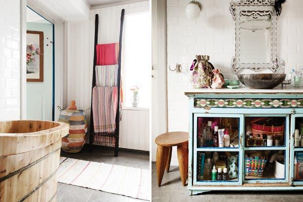 En el baño principal pintaron de blanco los azulejos trabados y cambiaron el piso. Para darle apoyo a la bacha, colocaron un mueble con cerámicos decorativos que suma color y originalidad..
