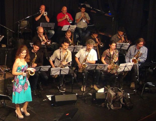 Delfina Oliver y la Artistry Big Band