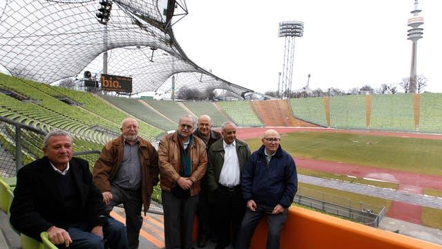 Los ex atletas Dan Alon, Zelig Shtorch, Henry Hershkovitz, Avraham Melamed, Gad Tsabary y Shaul Paul Ladany del equipo olímpico israelí de 1972 se presentaron en el estadio olímpico de Munich cuarenta años después. Foto: Reuters