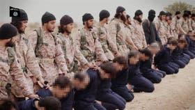 Captura de video del momento previo a la decapitación de los 18 soldados del régimen de Al-Assad