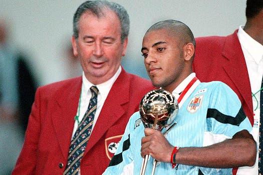 El 6 de julio de 1997 le entregó el premio al mejor jugador del torneo al uruguayo Nicolás Olivera durante el Mundial sub 20. Foto: Archivo
