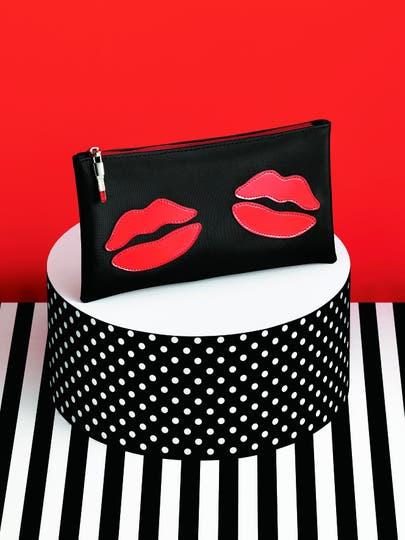 Los labios estampados en el neceser son su sello indiscutido: Avon y Las Oreiro firmaron una alianza para crear accesorios (hay además relojes y pulseras). Muy femeninos. .