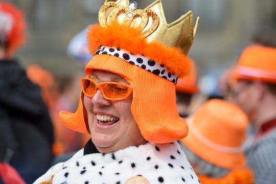Con carteles y disfraces alusivos a la dinastía Orange, una multitud se congregó en la céntrica plaza Dam para darle la bienvenida a los nuevos reyes. Foto: LA NACION / Adrián Quiroga / Enviado especial