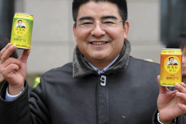 El multimillonario y filántropo, Chen Guangbiao repartió en las calles de Pekín latas de aire limpio entre los caminantes
