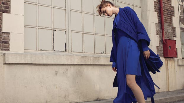 Vestido de viscosa y tapado tipo kimono de lana natural ($ 6900 y $ 11.600, Kostüme, Colección Conceptual). Foto: Eugenio Mazzinghi