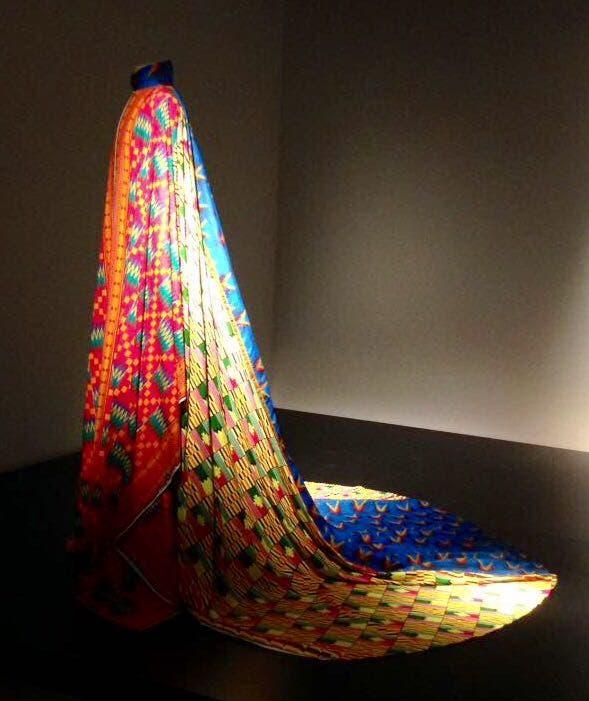Una capa multicolor, pieza única de Ramírez, presentada de la mano de Alfredo Arias