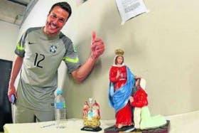 Julio César, tras los penales ante Chile, con Nuestra Señora de Caravaggio,