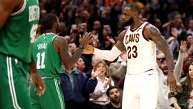 El saludo entre LeBron e Irving, ex compañeros, ayer rivales