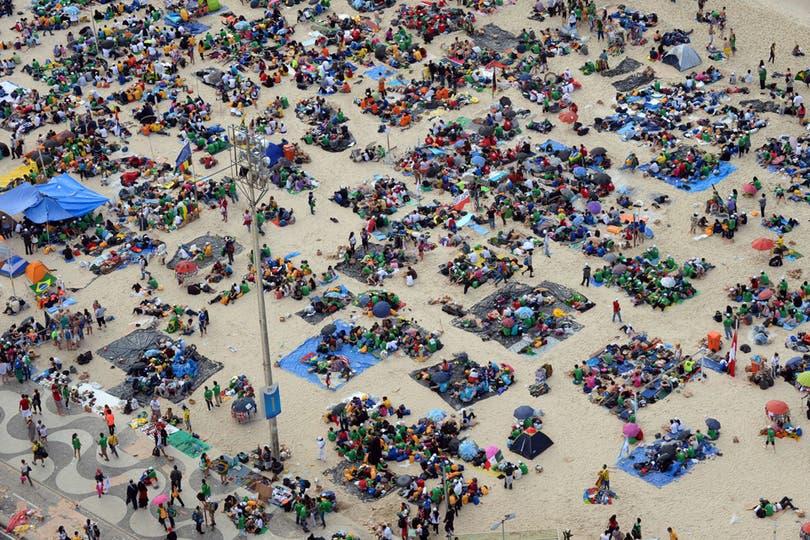 Los peregrinos pasaron la noche en las playas esperando al Papa en Copacabana. Foto: AFP