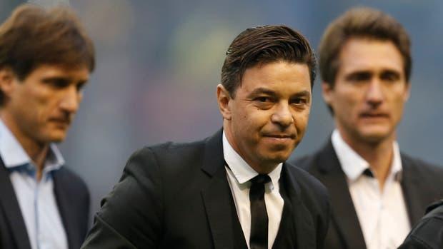 Hinchas insultan al entrenador de Boca y él los llama