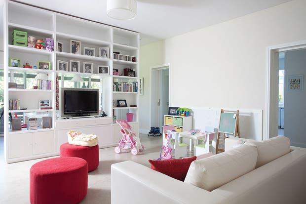 La casa es clásica y contemporánea, con espacios cómodos y de mucha calidez. Al proyectar este ambiente compartido, alinearlo al estilo general fue el objetivo, como así también integrarlo de manera ágil y funcional con la vivienda.  Foto:Living /Daniel Karp