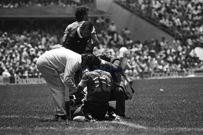 El doctor Madero lo antiende durante el partido con Inglaterra. Foto: LA NACION / Antonio Montano