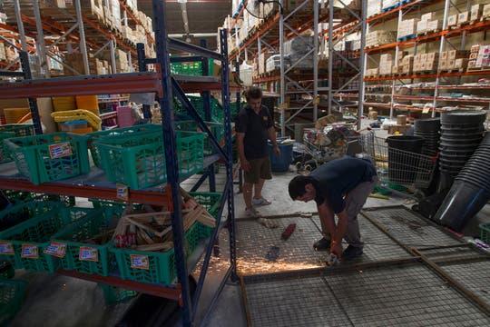 Luego de la furia los comerciantes comienzan a reparar los daños. Foto: LA NACION / Aníbal Greco